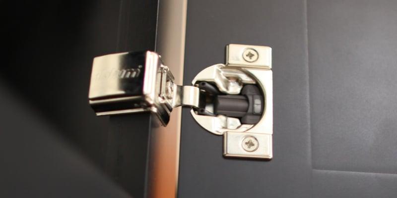 "Blumotion Türscharnier ""width ="" 800 ""style ="" width: 800px; ""srcset ="" https://blog.kitchenmagic.com/hs-fs/hubfs/Blumotion%20Door%20Hinge.jpg?width=400&name=Blumotion% 20Door% 20Hinge.jpg 400w, https://blog.kitchenmagic.com/hs-fs/hubfs/Blumotion%20Door%20Hinge.jpg?width=800&name=Blumotion%20Door%20Hinge.jpg 800w, https: // blog. kitchenmagic.com/hs-fs/hubfs/Blumotion%20Door%20Hinge.jpg?width=1200&name=Blumotion%20Door%20Hinge.jpg 1200w, https://blog.kitchenmagic.com/hs-fs/hubfs/Blumotion%20Door % 20Hinge.jpg? Width = 1600 & name = Blumotion% 20Door% 20Hinge.jpg 1600w, https://blog.kitchenmagic.com/hs-fs/hubfs/Blumotion%20Door%20Hinge.jpg?width=2000&name=Blumotion%20Door% 20Hinge.jpg 2000w, https://blog.kitchenmagic.com/hs-fs/hubfs/Blumotion%20Door%20Hinge.jpg?width=2400&name=Blumotion%20Door%20Hinge.jpg 2400w ""Größen ="" (maximale Breite: 800px) 100vw, 800px"