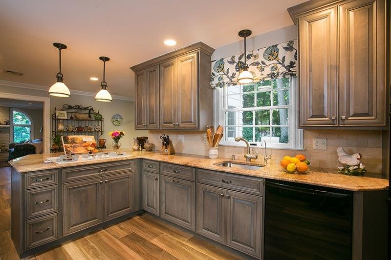 New EnglaFarmhouse Kitchen Peninsula