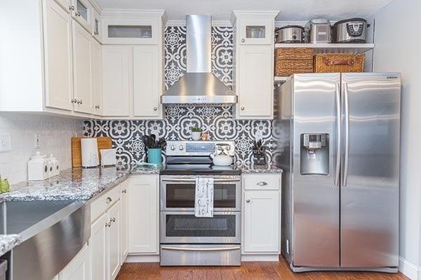 Moroccan patterned kitchen backsplash