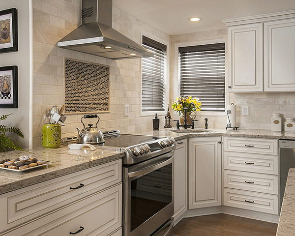 Charmant Antique White Cabinets With Windermere Countertops