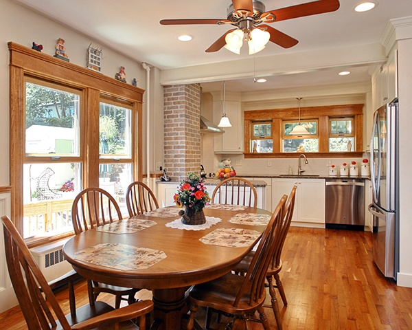 White New England Cottage Style Kitchen Design with Dining Table