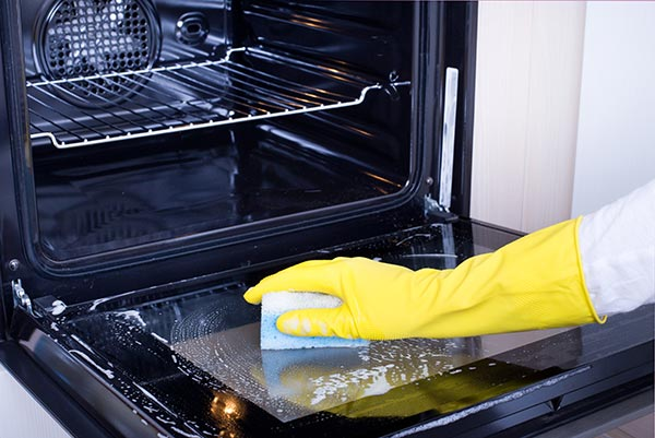 Cleaning kitchen oven